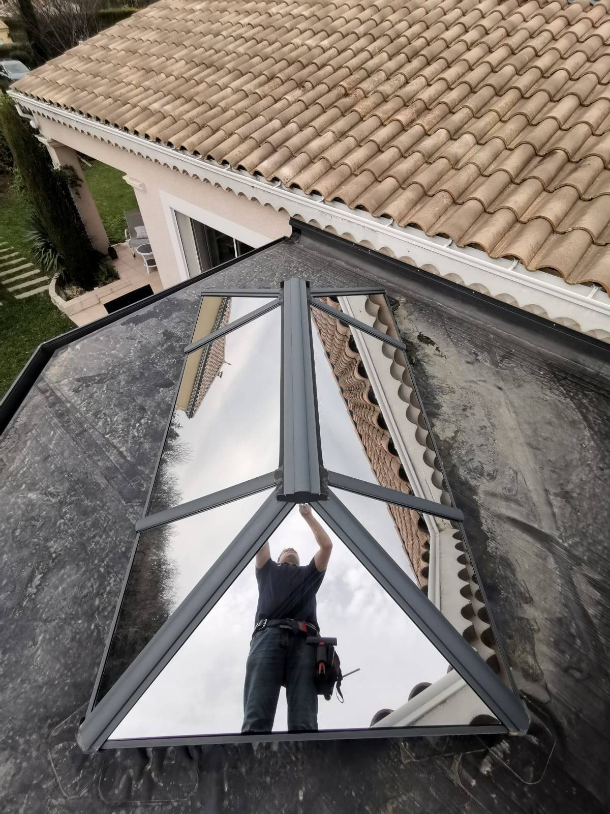 Isolation solaire des toitures de véranda : pose de films anti-chaleur Solar Screen sur un toit ...